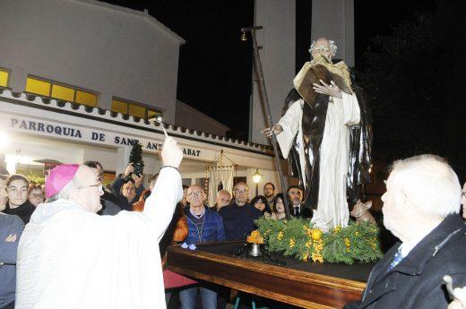 Monseñor Conesa bendiciendo la imagen de Sant Antoni el pasado mes de enero