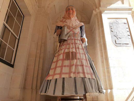 S'Àvia Corema ya espera en la puerta del Ayuntamiento de Maó