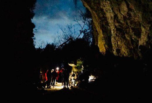 Visitando la cueva para dirigirse después a Binigaus (Foto: CIMe)