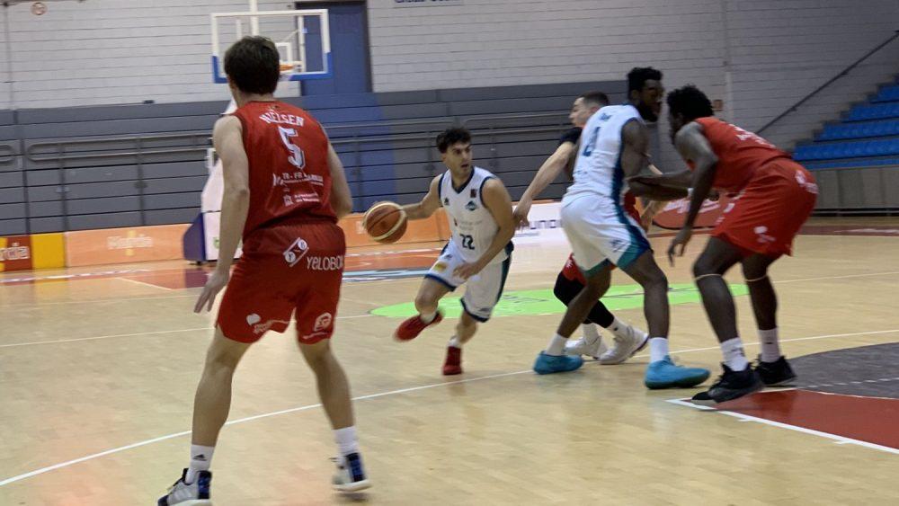 Xavi Hernández inicia la penetración (Fotos: Bàsquet Menorca)