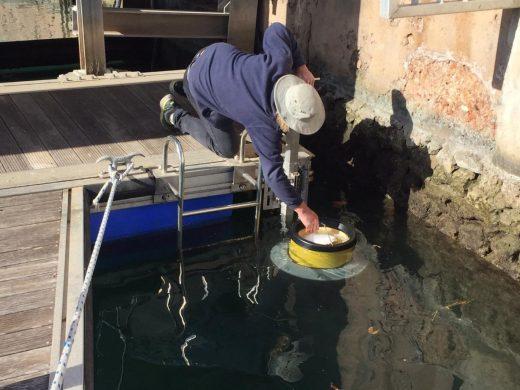 Papelera marina en el puerto de Ciutadella