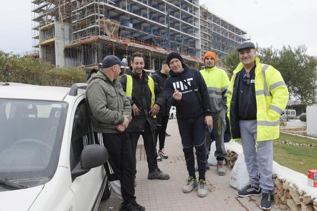 Empleados, ayer delante del hotel (Foto: Tolo Mercadal)
