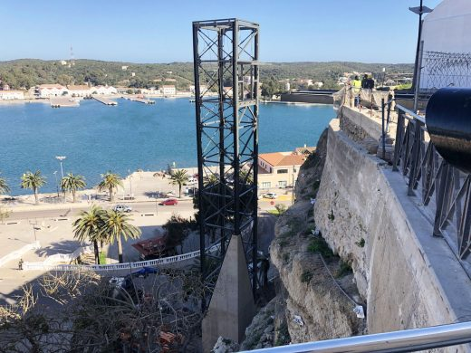 Colocan la estructura del segunda ascensor del puerto de Maó (Foto: Carlos Juaristi)