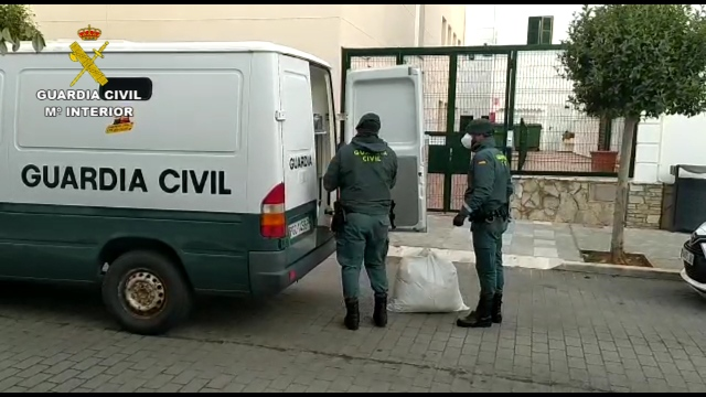 Agentes, cargando la furgoneta (Fotos: Guardia Civil)