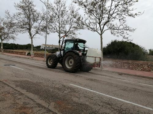 Payeses desinfectando en las calles (Foto: Ajuntament de Ciutadella)