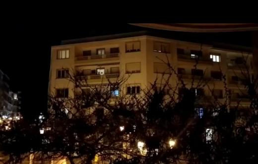 Cacerolada desde los balcones de Maó.