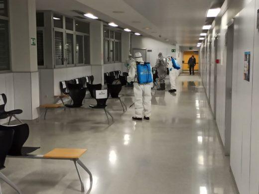 Operarios desinfectan el interior del Hospital Mateu Orfila
