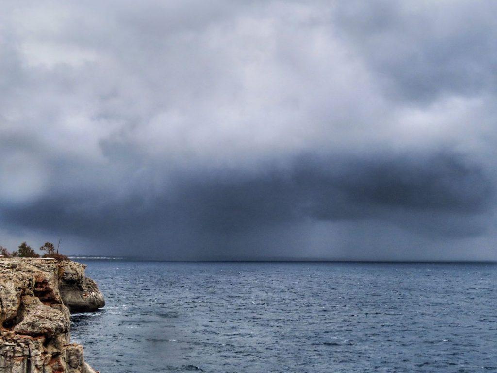 Imagen de la tormenta llegando a Ciutadella (Foto y vídeo: @Meteo_Menorca)