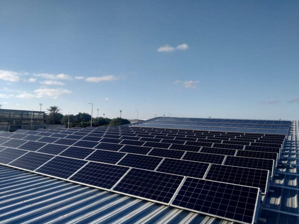 Instalación solar fotovoltaica de la piscina de Ciutadella