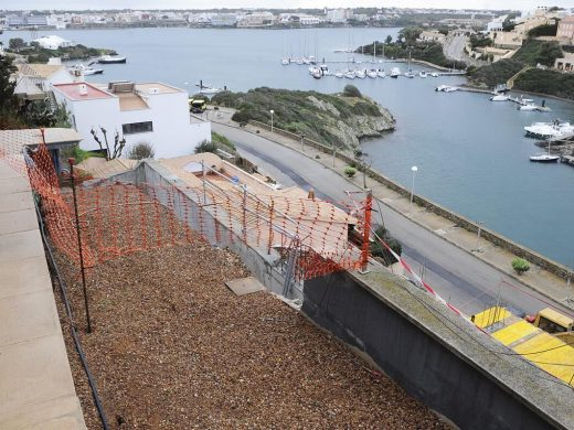 (Fotos) Alertan del peligro de derrumbe por una obra en Cala Llonga
