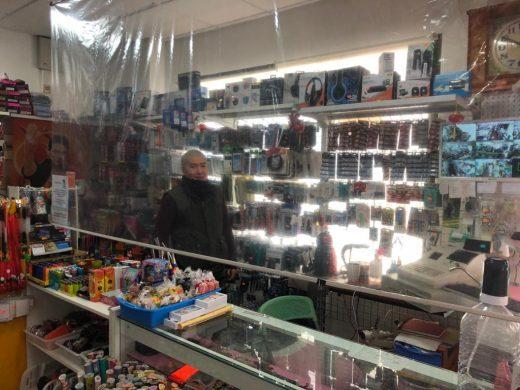 Imagen del interior de la tienda con la protección del plástico (Foto: Tolo Mercadal)
