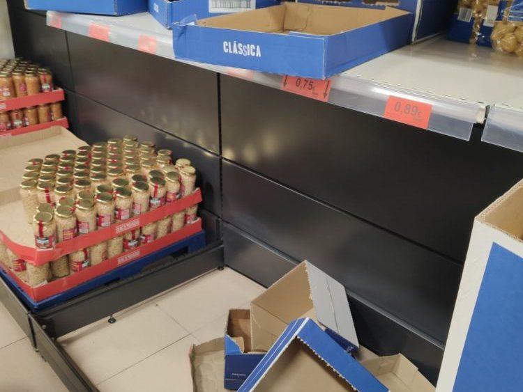 Cajas vacías en un supermercado de Maó.