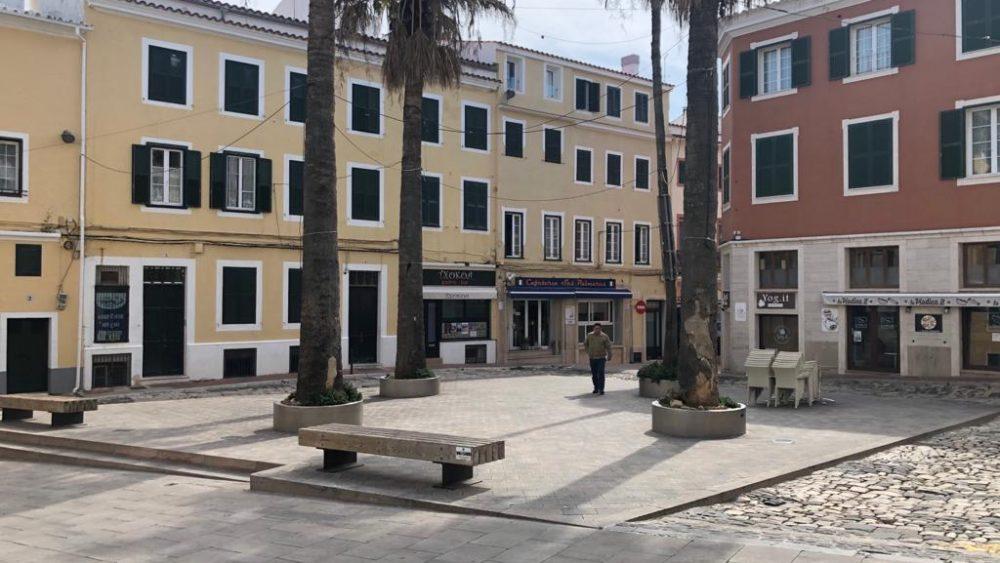 Calles y plazas desiertas.