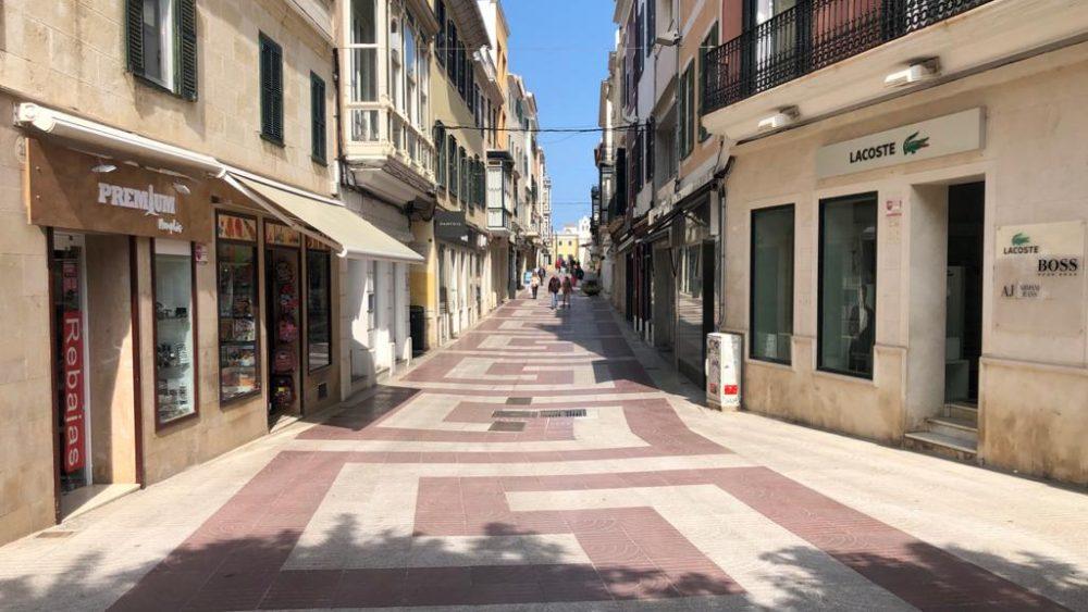 Calles sin gente en el centro de Maó.