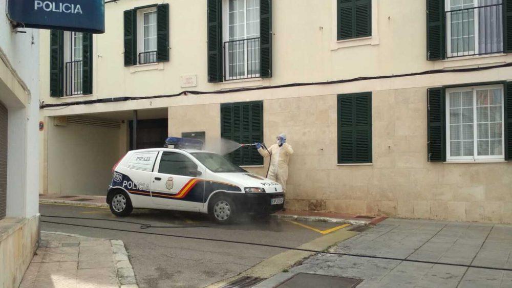 Desinfección de uno de los vehículos (Fotos: Policía Nacional y Protecció Civil)