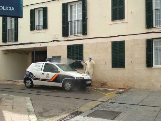 (Fotos) Protecció Civil de Maó desinfecta coches y comisarías de policía