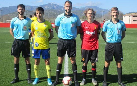 Capitanes con el trío arbitral (Foto: futbolbalear.es)