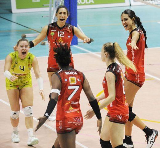 Las jugadoras celebran un punto (Foto: Tolo Mercadal)