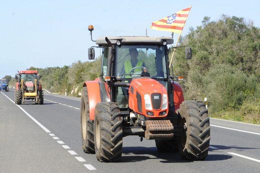 """Un tractor circula por la general durante la """"tractorada"""" del 7 de marzo (Foto: Tolo Mercadal)"""
