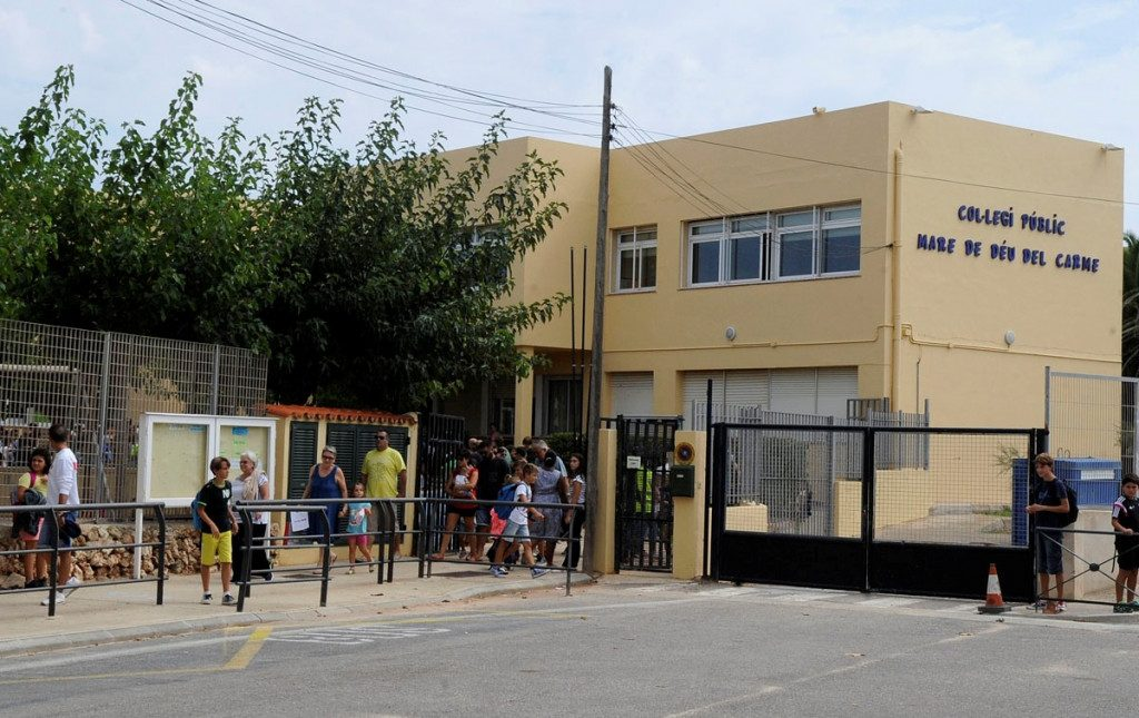 Alumnos entrando en el colegio (Foto: Tolo Mercadal)