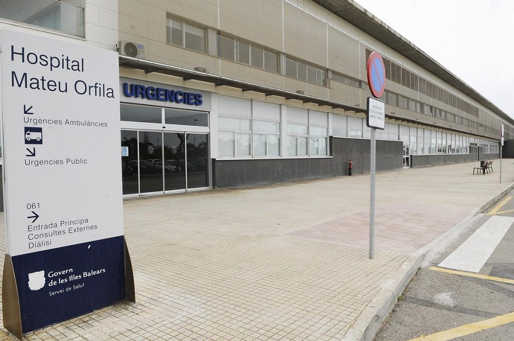 Entrada del Hospital Mateu Orfila (Foto: Tolo Mercadal)