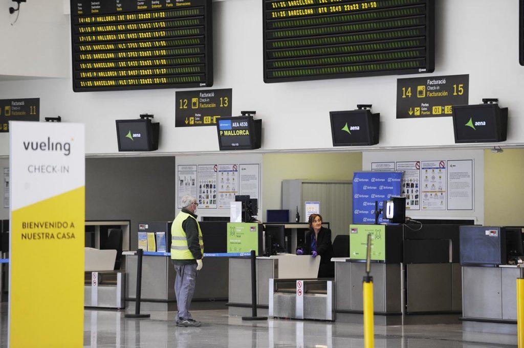 Los controles sanitario y policiales se realizan cada día en el aeropuerto de Menorca (Foto: T.M.)