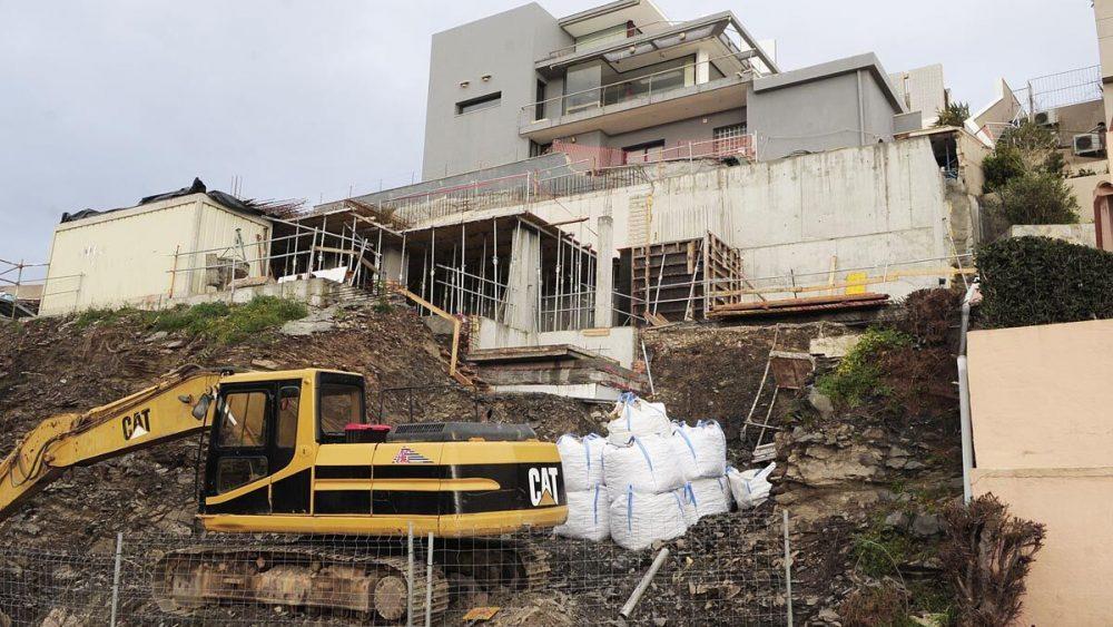 Maquinaria trabajando en la obra justo debajo de la vivienda (Fotos: Tolo Mercadal)