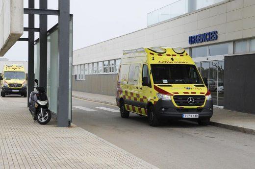 Ambulancia en el Mateu Orfila (Foto: Tolo Mercadal)