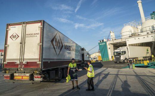 Embarque de camiones en un ferry de Baleària.