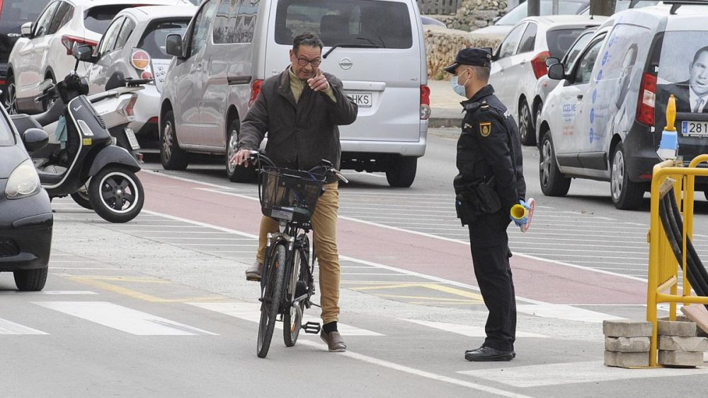Control policial en Maó (Foto: Tolo Mercadal)
