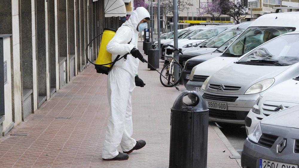 Un operario fumigando las papeleras esta mañana en las calles de Maó (Foto: Tolo Mercadal)