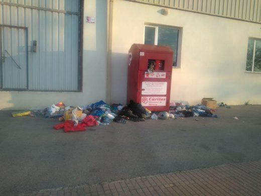 La ciudadanía continía llevando ropa a los contenedores provocando estas desagradables imágenes (Foto: Càritas Menorca)