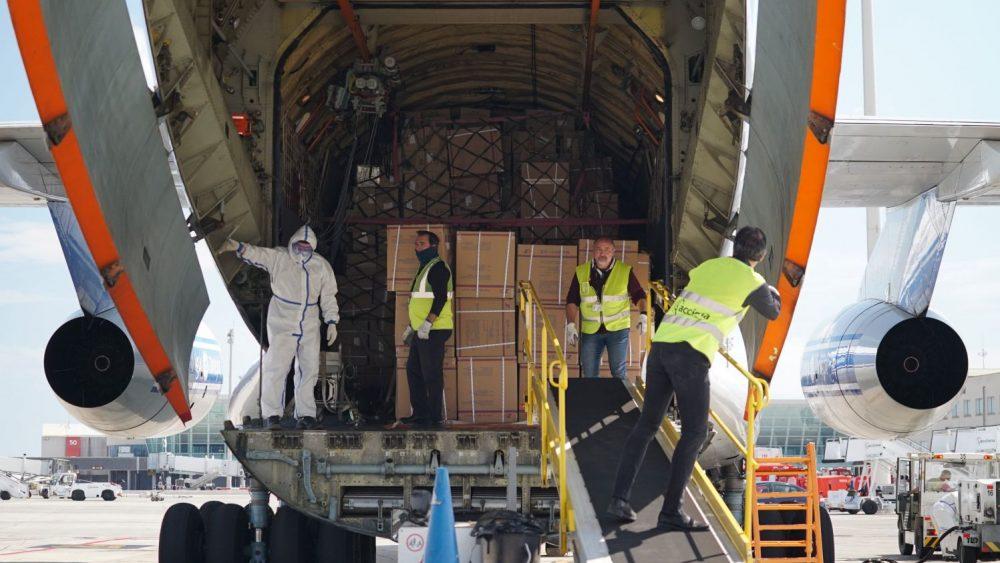 Momento en el que se descargan el material sanitario de un avión (Foto: Govern balear)