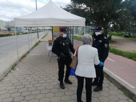 Continúan repartiendo mascarillas en las estaciones de autobuses de Menorca