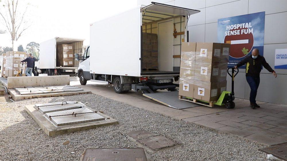 El material, descargado de los camiones (Fotos: GOIB)