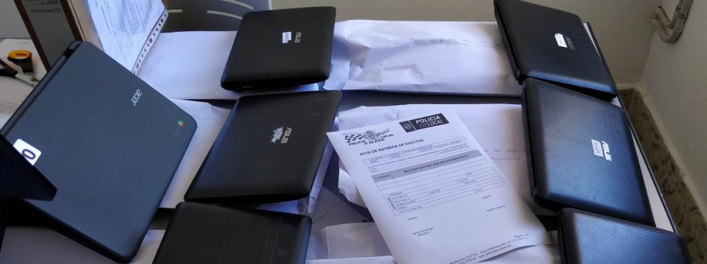 El Policía tutor ha repartido un centenar de ordenadores a los escolares que los necesitaban