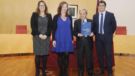 Emili de Balanzó junto a las presidentas de Baleares y Menorca recibiendo un premio por su trabajo en el sector turístico