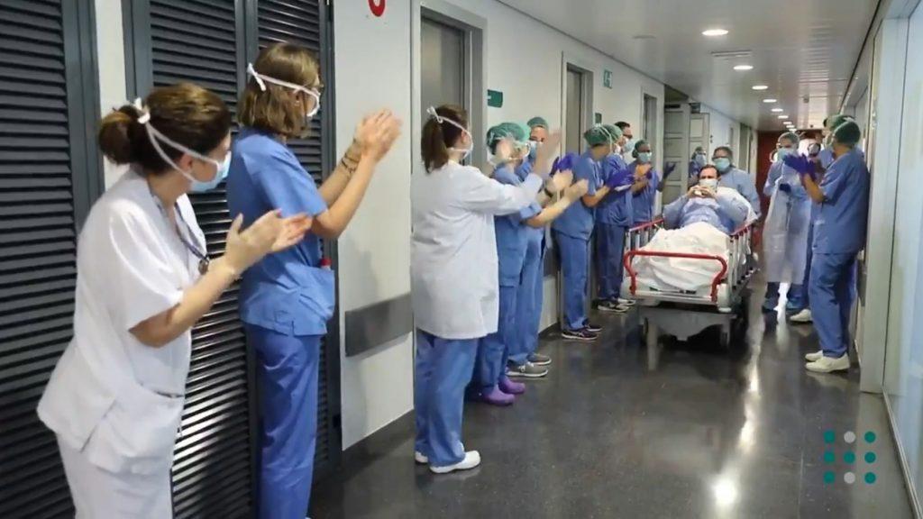 Imagen de archivo de un paciente de coronavirus saliendo de la UCI