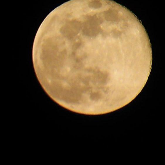 Una imagen de la luna sobre el cielo de la Isla (Foto: César Barrachina)