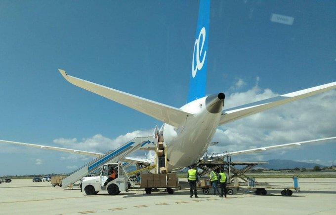 Imagen del avión que ha trasladado el material.