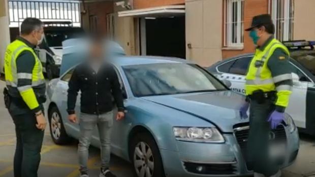 Los agentes, hablando con el conductor.
