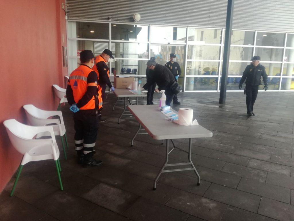 Reparto de mascarillas en la estación de autobuses de Maó (Foto: 112 Illes Balears)