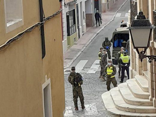 (Fotos) El Ejército también desinfecta la Plaça Constitució de Maó