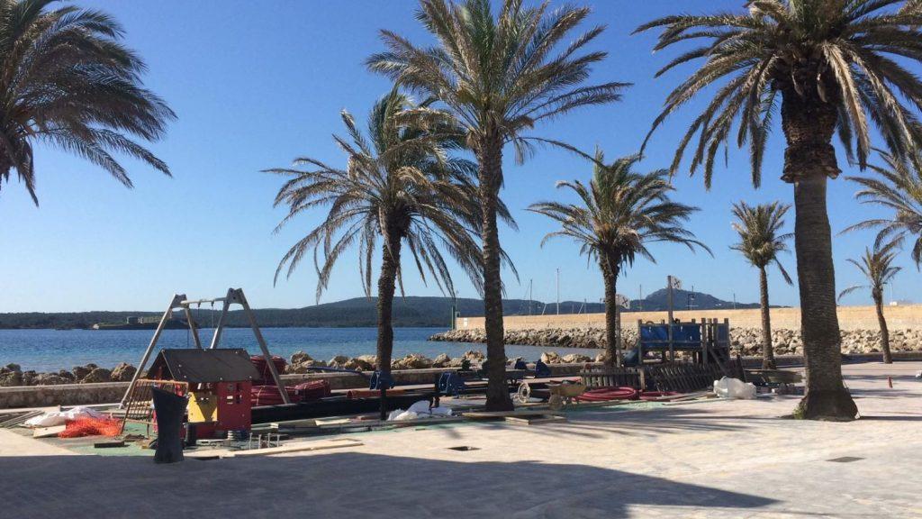 Ya se está pavimentando la zona del Puerto de Fornells en la que se ha actuado