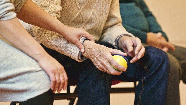 La atención domiciliario a las personas mayores es uno de estos servicios