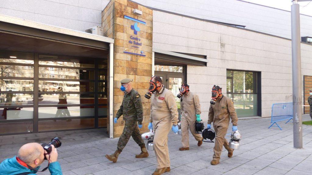 Miembros del Ejército listos para desinfectar un centro de salud (Foto: @EjércitoTierra)