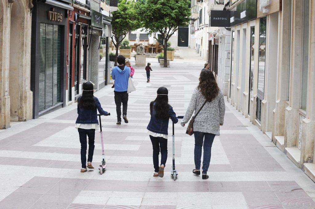 Gente caminando por el centro de Maó el pasado domingo (Foto: Tolo Mercadal)