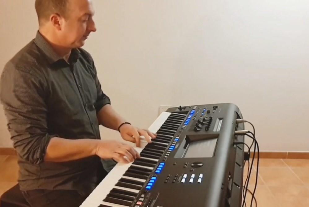 Al piano.