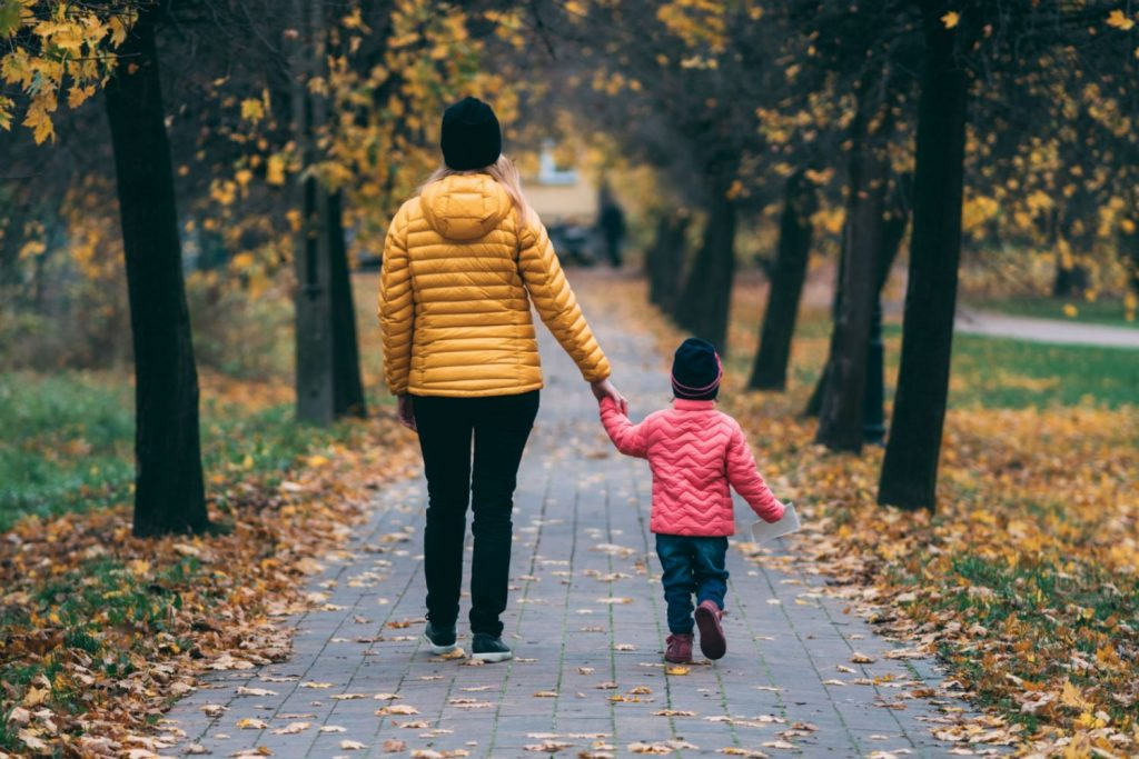 Un niño camina con su madre.