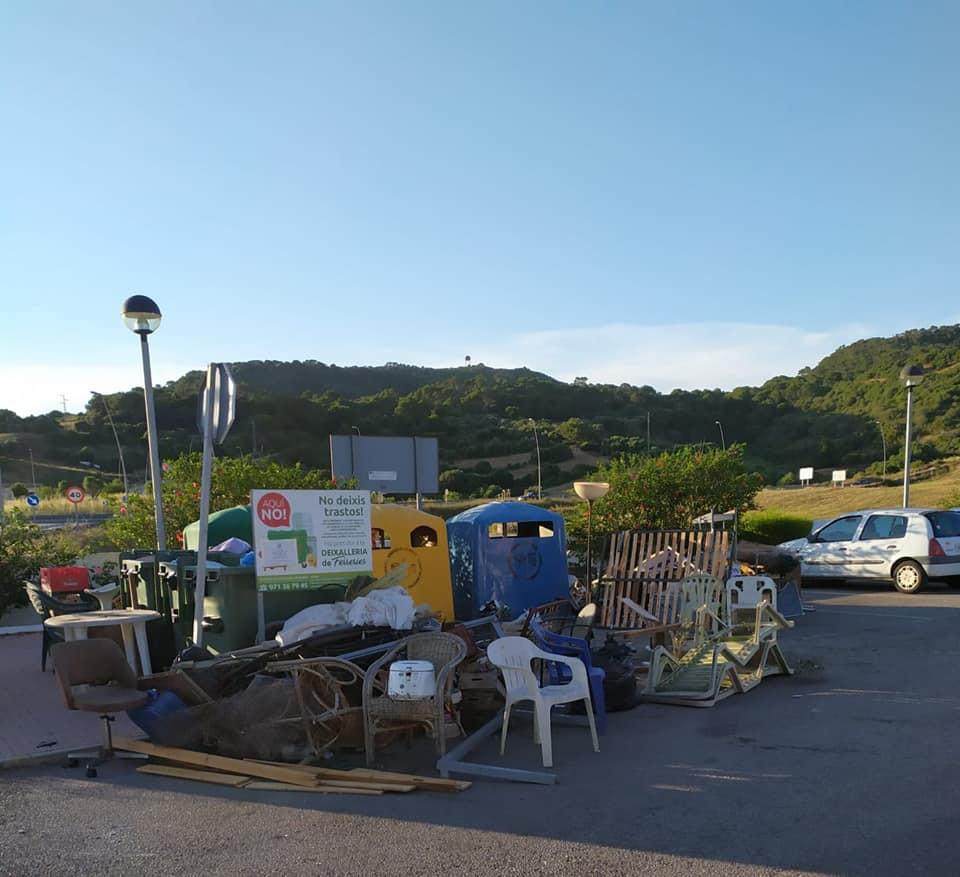 Trastos que se acumulaban en el punto de recogida (Foto: Ajuntament de Ferreries)